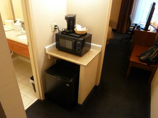 Comfort Inn Martinsville: small fridge and microwave.