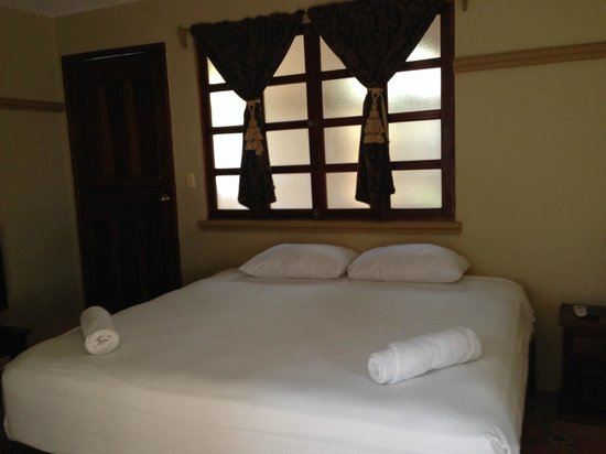 Hotel Cielo: King bed in Rm 26- Window leads to courtyard