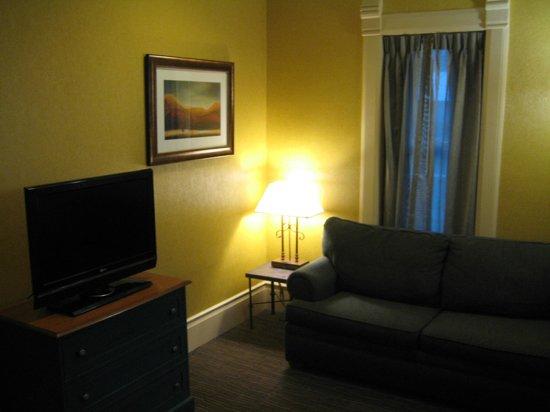 Quality Inn & Suites Boulder Creek: King suite - sitting area.