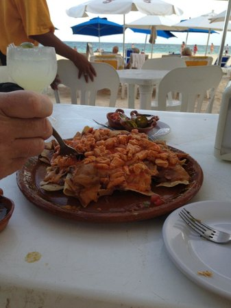 Wah Wah Beach Bar: Nachos with chicken enough for 2 people
