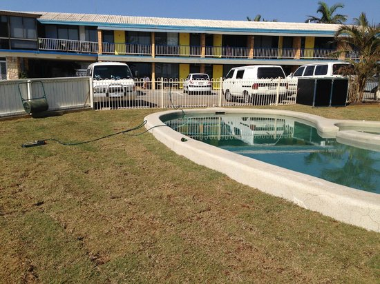 Waltzing Matilda Motel: View from pool to sea view rooms