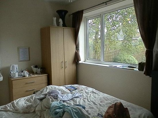 Kipps: doublebed room the window