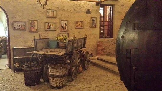 Gramboussa: Beautiful, rustic, traditional decor