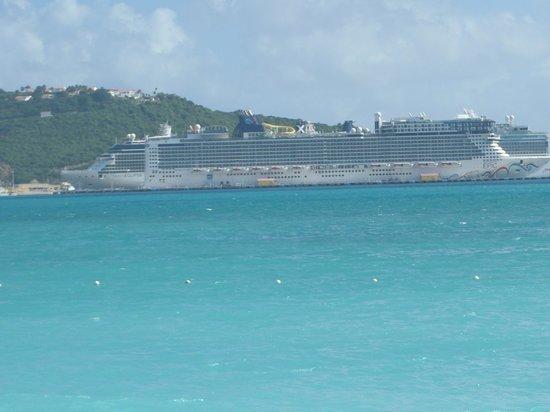 Sonesta Great Bay Beach Resort, Casino & Spa: View from room....cruise ship pier
