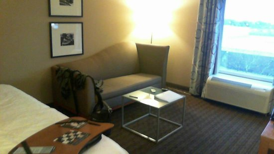 Hampton Inn & Suites St. Louis at Forest Park: In-room sitting area