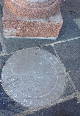 Andalusiens absoluta medelpunkt på torget Plaza San Sebastian
