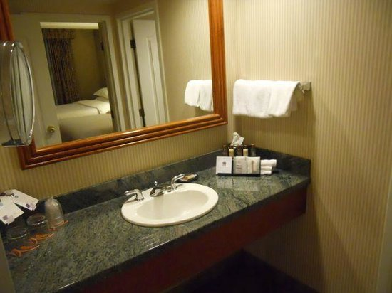 Sheraton Suites Calgary Eau Claire: Wash table in separate area from shower