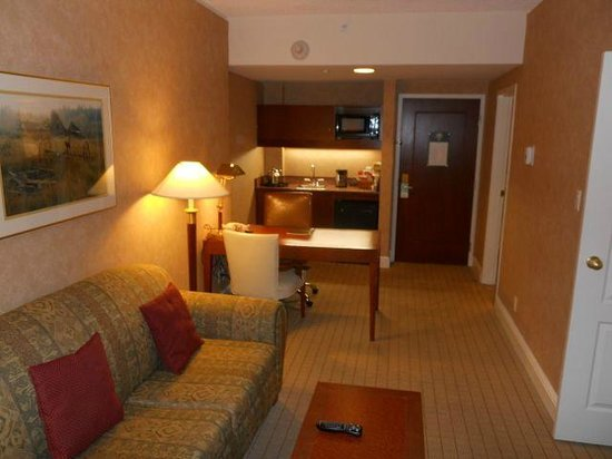 Sheraton Suites Calgary Eau Claire : Sitting room and kitchenette