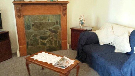 A Settlers Cottage: Rose Cottage - Lounge Room