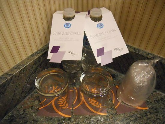 Sheraton Suites Calgary Eau Claire: Free water bottles in the room