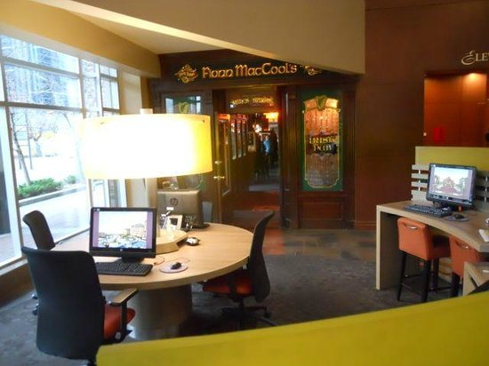 "Sheraton Suites Calgary Eau Claire : The business corner and the ""Irish"" pub"
