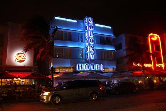 The Colony Hotel: Hotel am Abend von außen