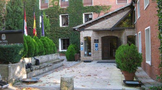 Real Monasterio San Zoilo: Main entrance to hotel