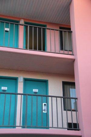 Continental Plaza Hotel: Blick auf die Zimmer von außen