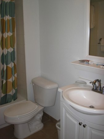 Bluegreen Daytona Seabreeze, Ascend Resort Collection: Tiny bathroom
