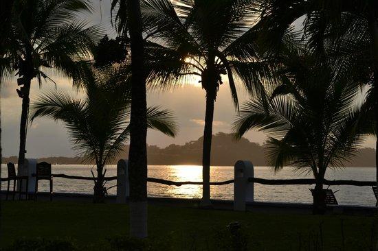 Bahia del Sol Beach Front Boutique Hotel: Atardecer en el mar, desde el jardín del hotel.