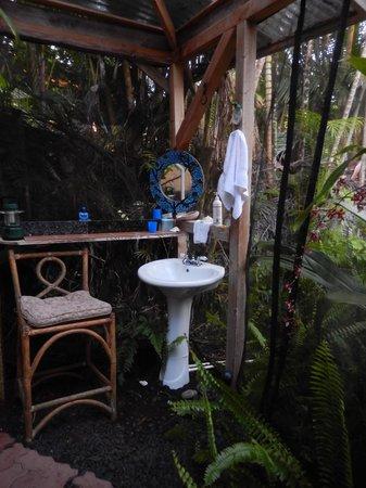 Ma'ukele Lodge: Outdoor bathroom