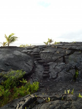 Ma'ukele Lodge: stairs to beach area