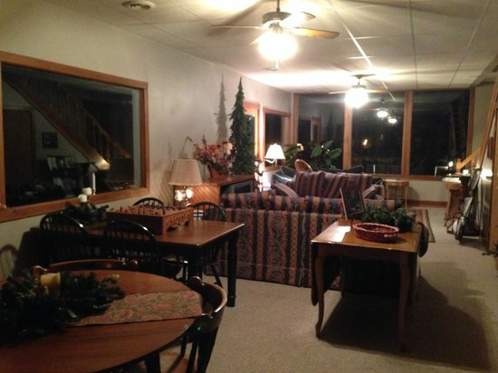 Bear Run Inn Cabins & Cottages: Great Room / Breakfast Room / TV Room