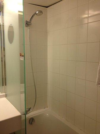 Ibis Budget Paris Porte de Bagnolet : Bath tub with shower with cold/hot water