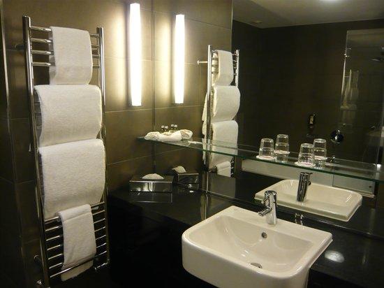 Adina Apartment Hotel Berlin Hackescher Markt: Very clean bathroom