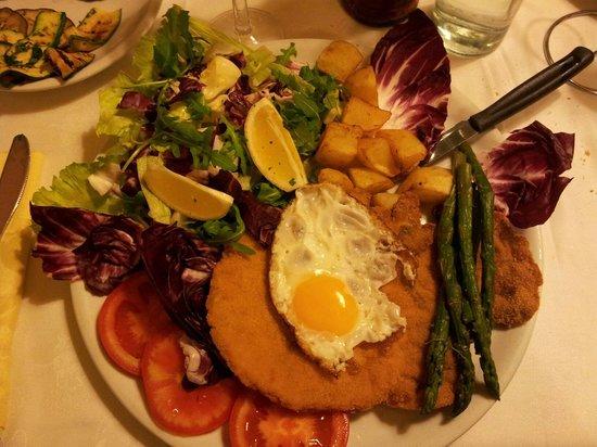 Pepe nero : Cotoletta con uovo, asparagi, patate e verdure