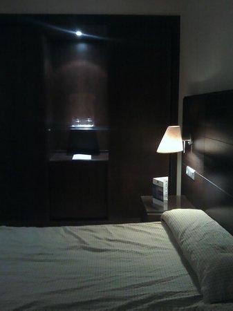 Hotel M.A. Alhamar : Cama y armario con luz