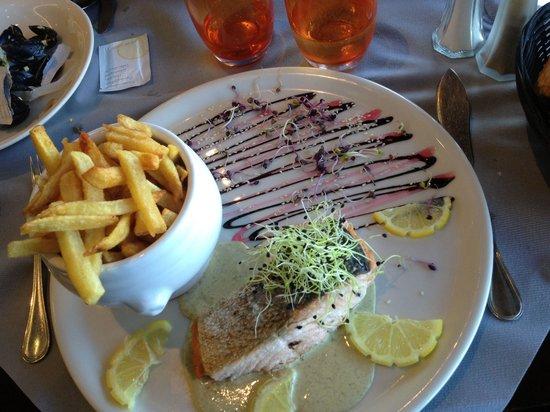 restaurant les roches blanches(ne pas confondre avec la brasserie les roches blanches) : Un plat de saumon très joliment présenter malgres que je ne mange pas de légumes !! Saveurs exqu