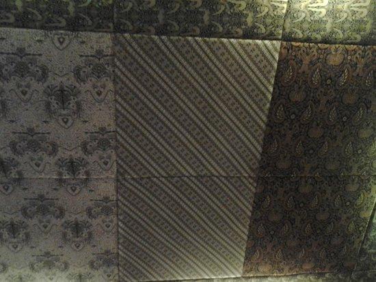Omah Sinten: plafon berhias kain batik