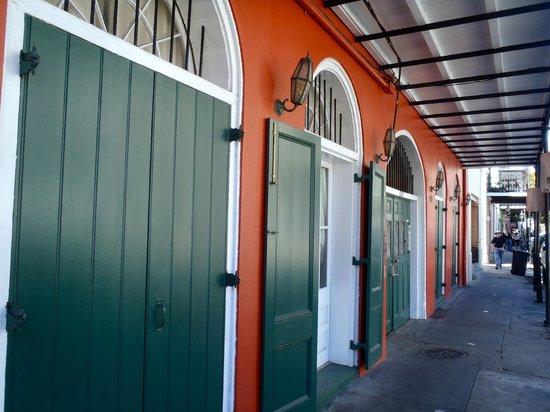 The Saint Philip Hotel : Front door