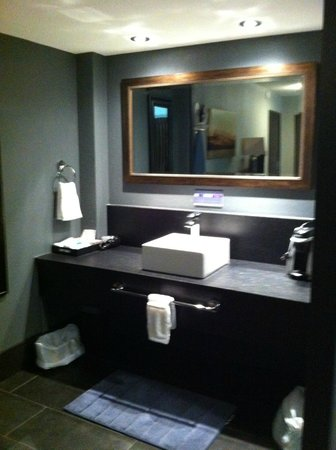 Centro Motel: Stylish but dark vanity area - good counter space though