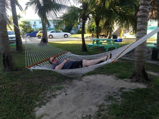Gulf View Waterfront Resort: Relaxing in the hammock