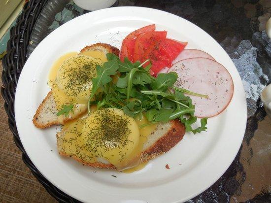 Agustin Inn : Eggs benedict