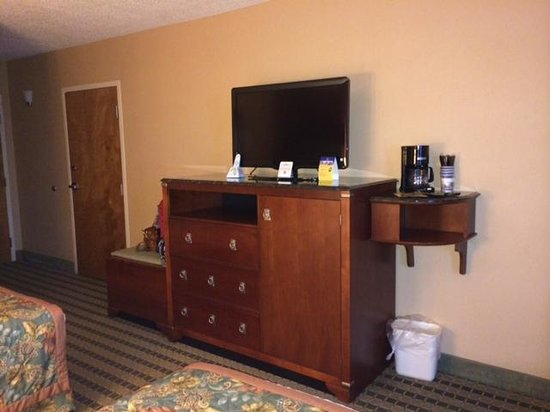 Best Western Plus Inn at Valley View : TV and refrigerator