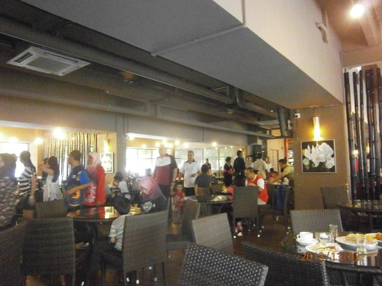 Gold Coast Morib International Resort: crowded dining area on a holiday weekend