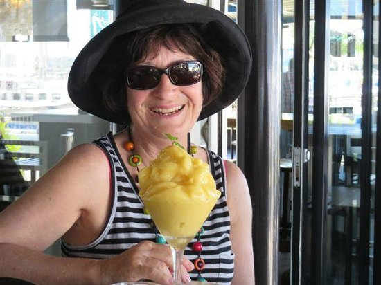 Lulu Bar Cafe & Restaurant : Melting mango mocktail. Looked like a huge dessert. Tasted wonderful