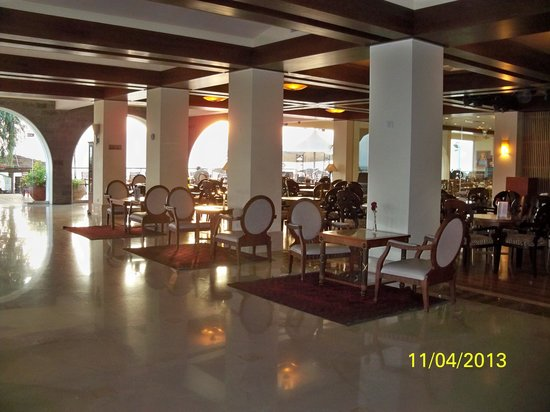 Rimonim Galei Kinnereth Hotel: exiting from lobby with bar/dining room to the right
