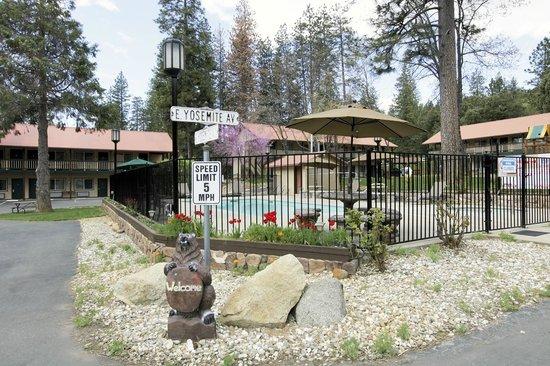 Yosemite Westgate Lodge: Landscaping