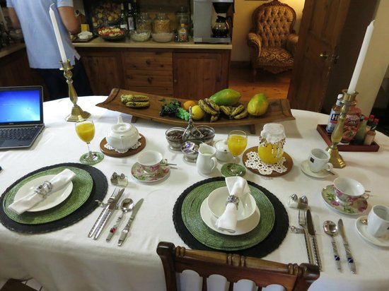 Centre-Ville Guest House: breakfast table