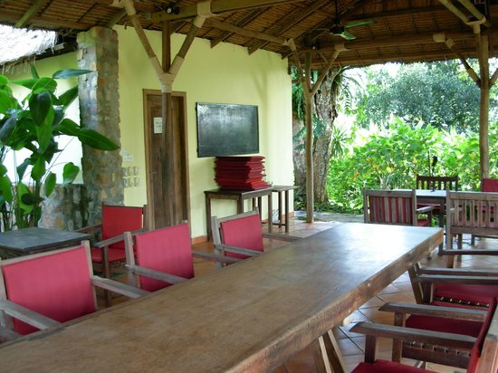Sunset Valley Resort : dining area can be adapted as outdoor meeting area