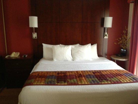 Residence Inn Boston Tewksbury/Andover: Bedroom - nicely appointed