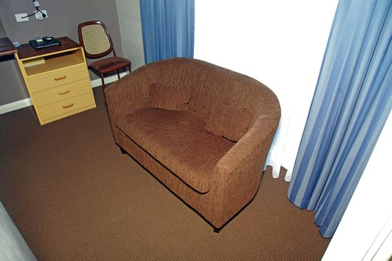 Sleepy Hill Motor Inn: sofa in family room
