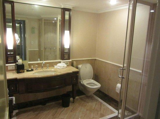 Shangri-La Hotel Sydney: Bathrooms with a tub & shower.