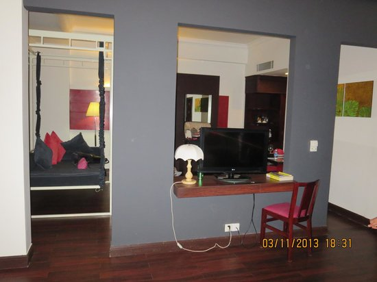 Memoire d' Angkor Boutique Hotel: half view of room