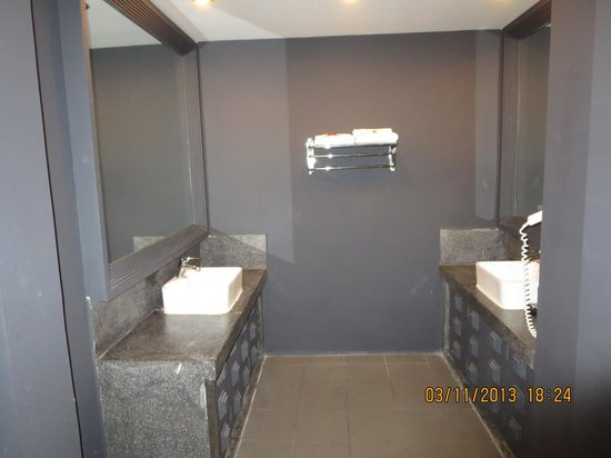 Memoire d' Angkor Boutique Hotel : view of sinks area