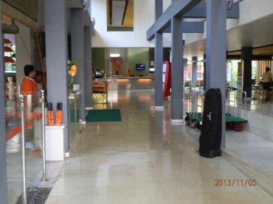 HARRIS Resort Kuta Beach: Resort foyer