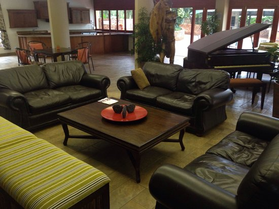 Protea Hotel Hluhluwe & Safaris: The lounge area with pool outside