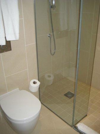 Crowne Plaza Heythrop Park - Oxford: a clean bathroom