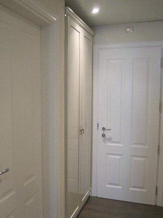 Hotel Patavium : Hallway of the junior suite - closet near the door