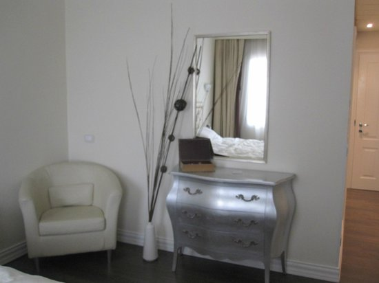 Hotel Patavium: Dresser and chair